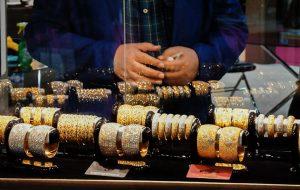 آیا تغییرات مالیاتی قیمت طلا را ارزان میکند؟ / پیشبینی ثبات قیمت طلا در هفته جاری